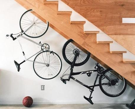 Мини-гараж под лестницей
