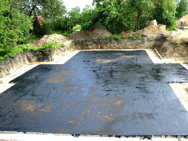 Фундамент из плит, покрытый гидроизоляцией