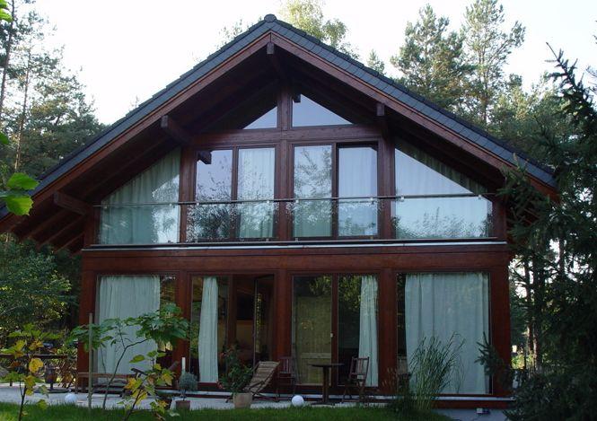 дом из дерева с большими окнами