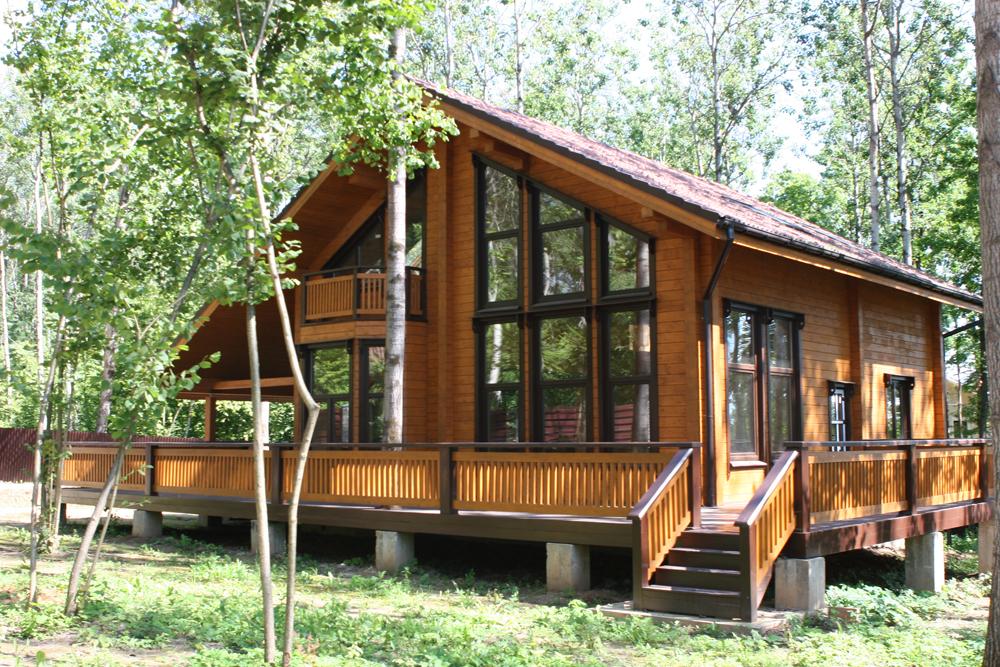 загородный дом из дерева с большими окнами
