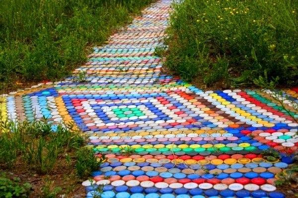 Дорожка для сада из пластиковых пробок