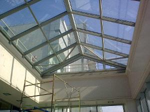 Двускатная стеклянная крыша