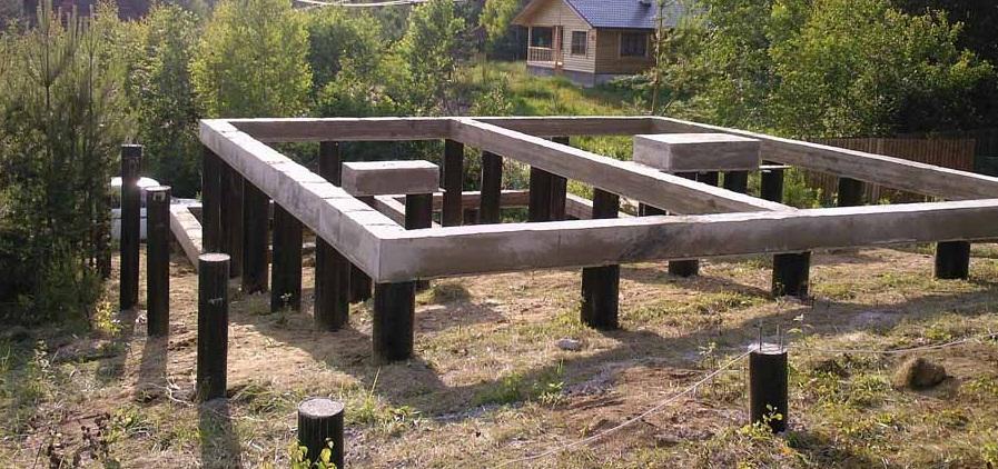 Что нужно знать о строительстве фундамента на склоне?
