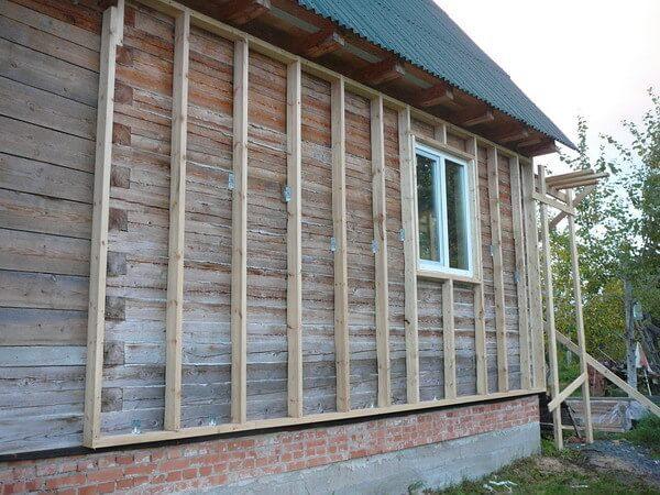Крепление брусьев к деревянному дому